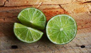 Körperwasseranteil senken mit Limettensaft